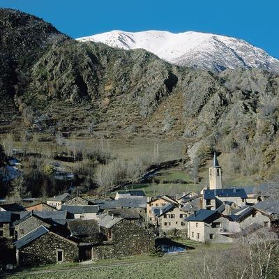 Pirineus. Vista del poble de Borén, típic del romànic català, i de la serra de Campans al fons
