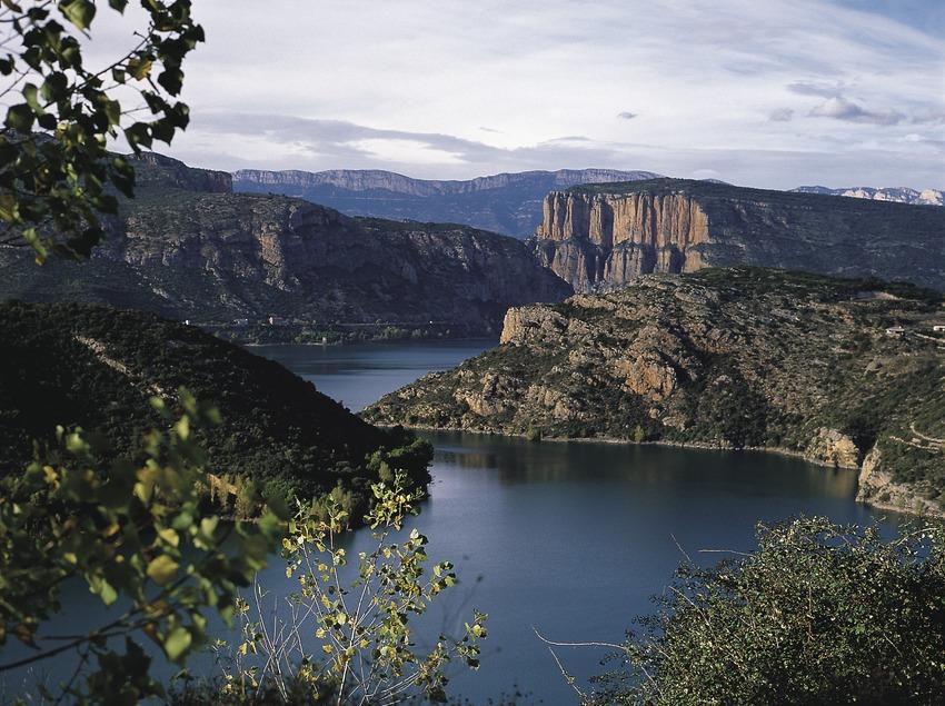 El riu Noguera Pallaresa al seu pas pel pantà de Camarassa.