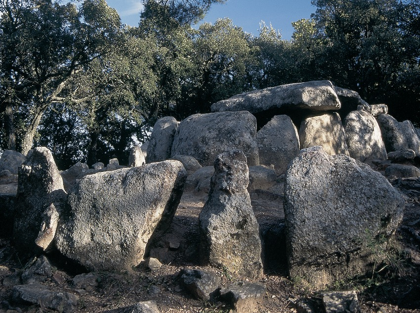 The Daina cave dolmen  (Servicios Editorials Georama)