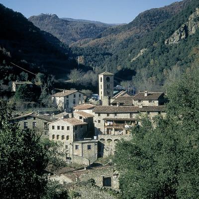 Beget i l'església romànica de Sant Cristòfol.  (Servicios Editorials Georama)