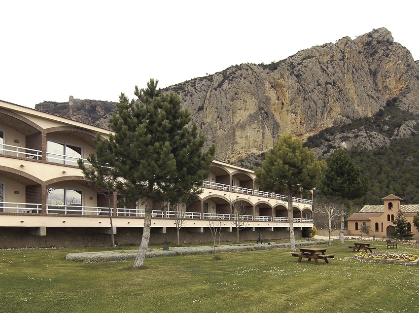 Hotel Can Boix al pie del Roc Rumbau.  (Chopo (Javier García-Diez))
