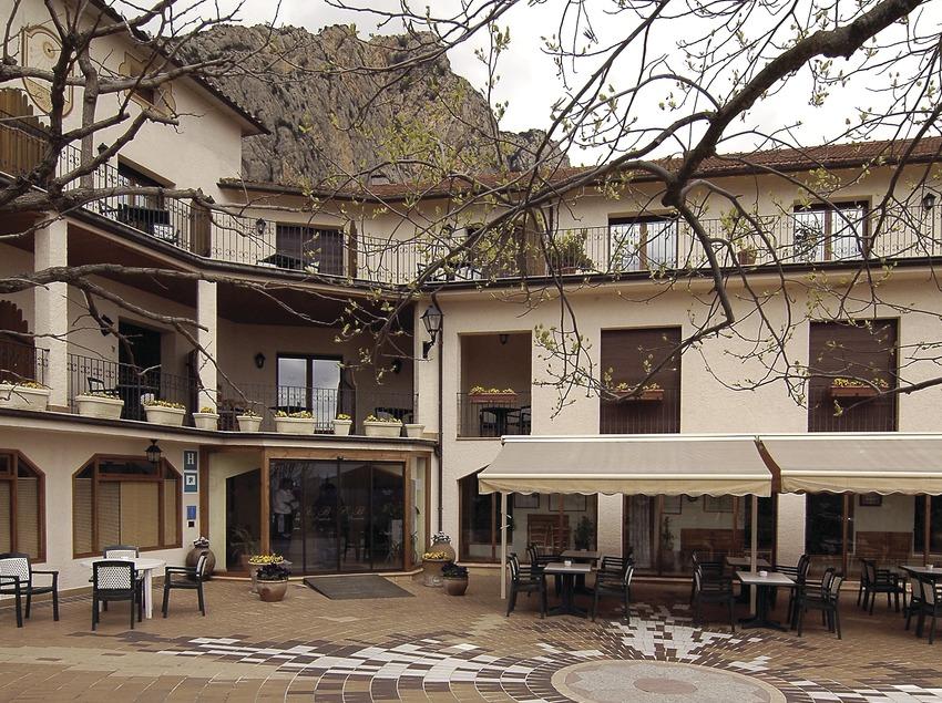 Entrada principal del hotel Can Boix, con el Roc Rumbau al fondo.  (Chopo (Javier García-Diez))