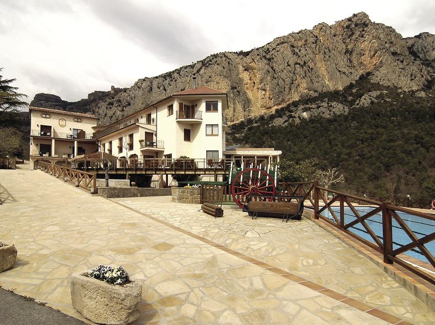 Hotel Can Boix mit Mola de Sant Honorat im Hintergrund.  (Chopo (Javier García-Diez))
