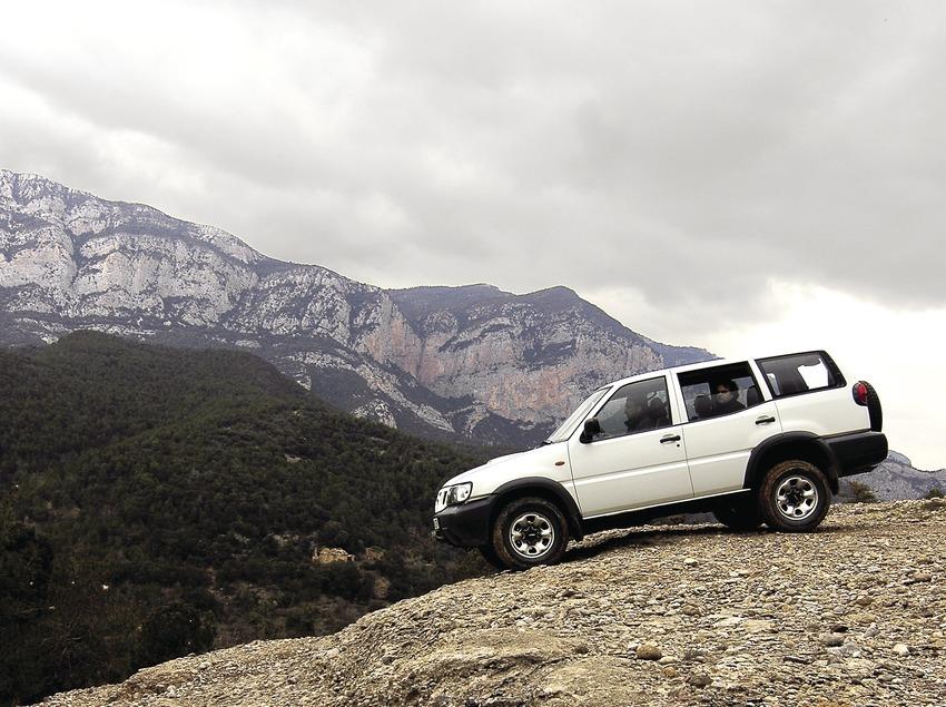 Excursió en tot terreny a la Roca del Corb, al fons la serra d'Aubenç.  (Chopo (Javier García-Diez))