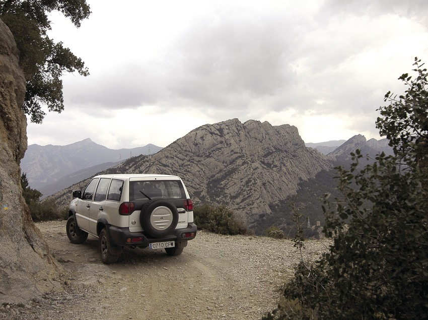 4x4 trip on the track leading to the Castell-llebre chapel, in front of the Serra de Les Canals