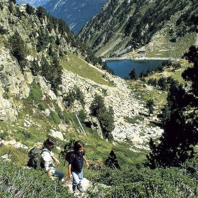 Excursionistes prop de l'estany de la Restanca, Parc Nacional d'Aigüestortes i Estany de Sant Maurici.