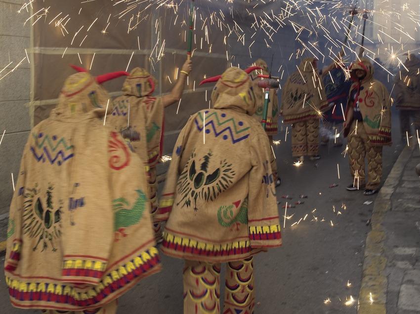 Diablos en el pasacalle de la Fiesta Mayor.  (Miguel Angel Alvarez)