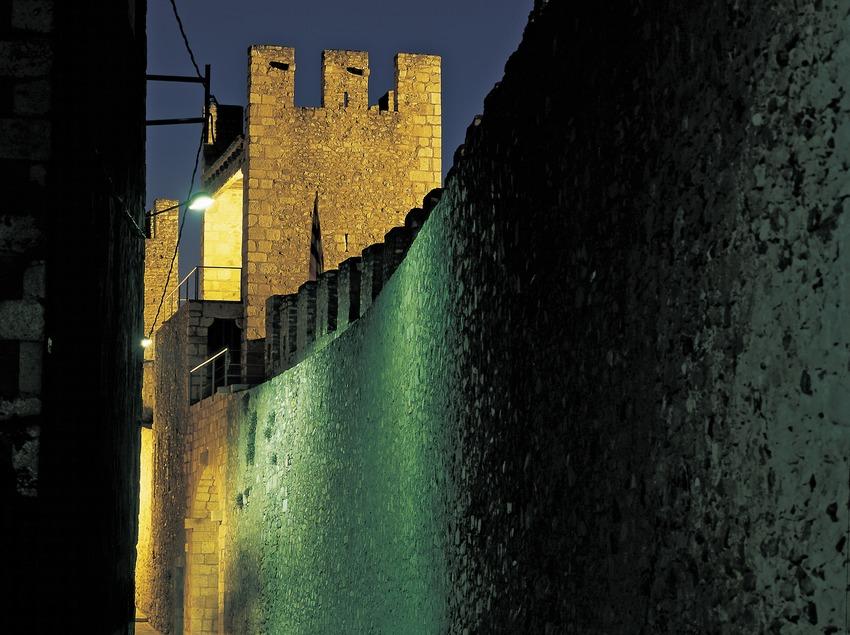 Vista nocturna de las murallas de Montblanc. (Kim Castells)