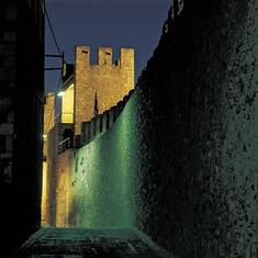 Vista nocturna de las murallas de Montblanc.