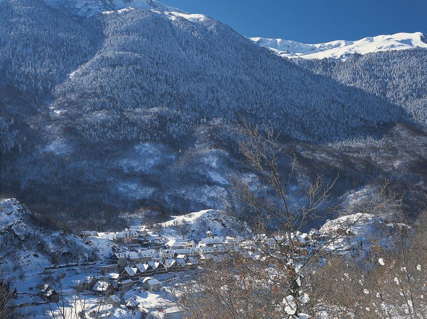 Sommets enneigés près de la localité.  (Kim Castells)