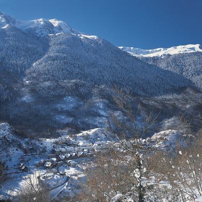 Cumbres nevadas cerca de la localidad.  (Kim Castells)