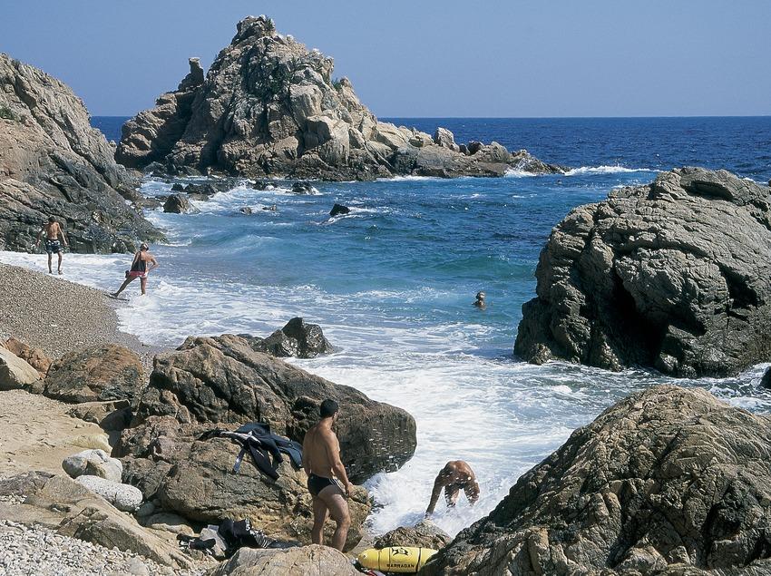 Bañistas en una cala, cerca de Blanes.  (Servicios Editorials Georama)