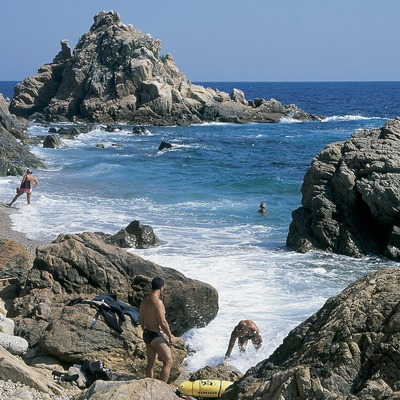 Bathers in a cove near Blanes  (Servicios Editorials Georama)