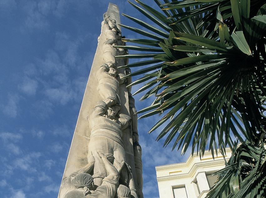 Monument als castellers  (Servicios Editorials Georama)