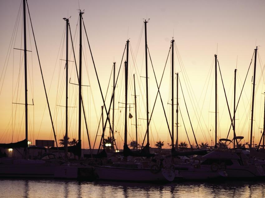 Embarcaciones al atardecer en el puerto de Aiguadolç.  (Miguel Angel Alvarez)