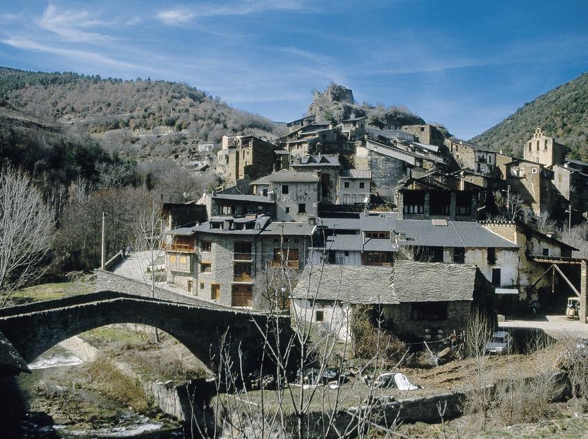 Nucli de Castellbó amb el pont medieval, castell i col·legiata.