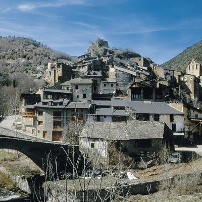 Centre de Castellbó avec le pont médiéval, le château et la collégiale.