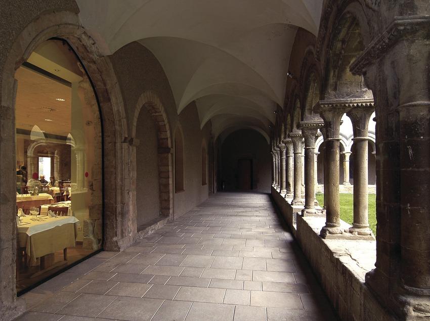 Claustre romànic i menjador del restaurant del monestir de Santa Maria de Bellpuig de les Avellanes.  (Chopo (Javier García-Diez))
