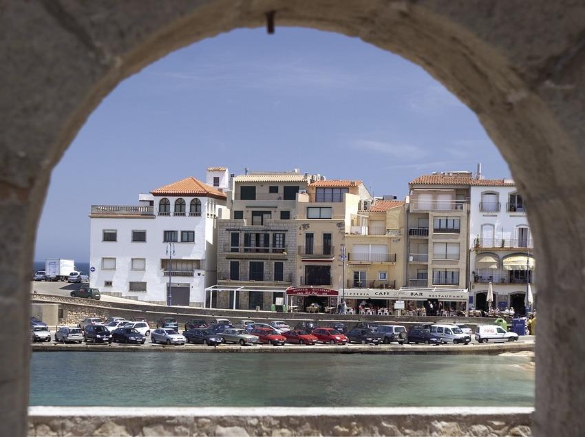 Luftbild vom Hafen von einem Säulengang aus gesehen