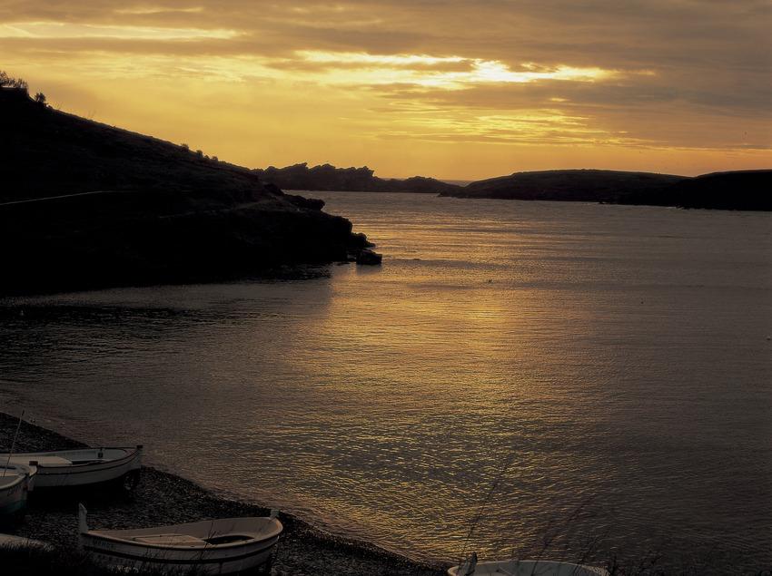 Amanecer en la bahía de Portlligat