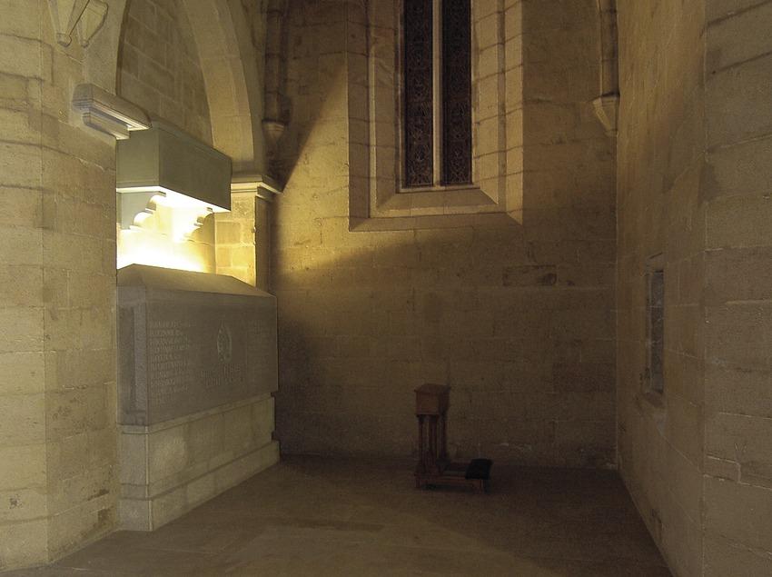 Monasterio de Santa Maria de Bellpuig de les Avellanes. Interior de la iglesia y sepulcro de los condes de Urgell.  (Chopo (Javier García-Diez))