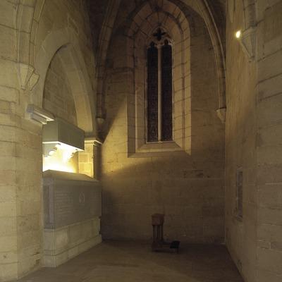 Monestir de Santa Maria de Bellpuig de les Avellanes. Interior de l'església i sepulcre dels comtes d'Urgell.  (Chopo (Javier García-Diez))