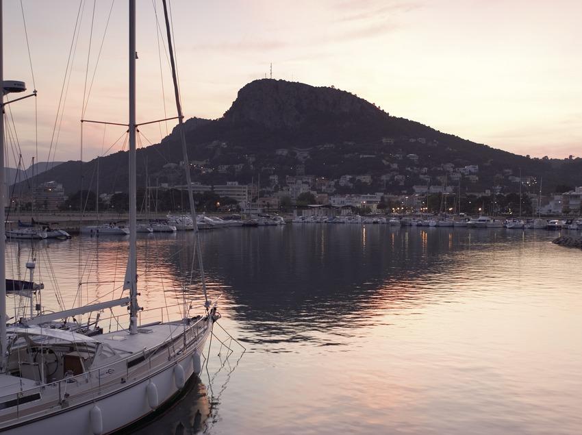 Barcas en el puerto al atardecer.  (Miguel Angel Alvarez)