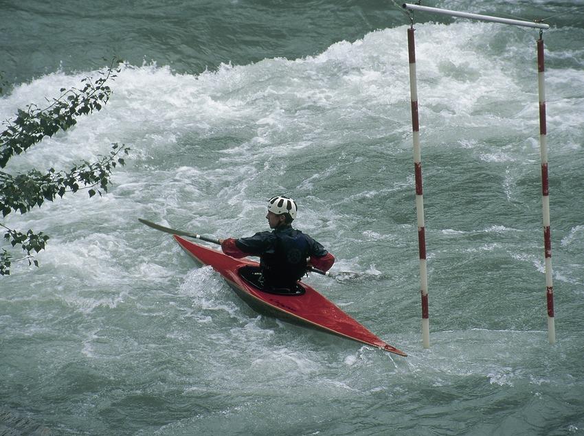 Piraguismo en aguas bravas cerca de Sort.