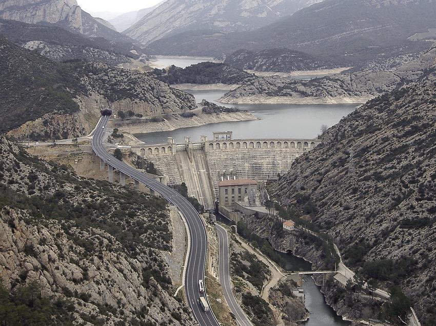 Presa i pantà d'Oliana al riu Segre, a l'esquerra la Serra d'Aubenç.  (Chopo (Javier García-Diez))