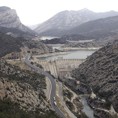 Presa y pantano de Oliana en el río Segre, a la izquierda la Sierra de Aubenç.  (Chopo (Javier García-Diez))