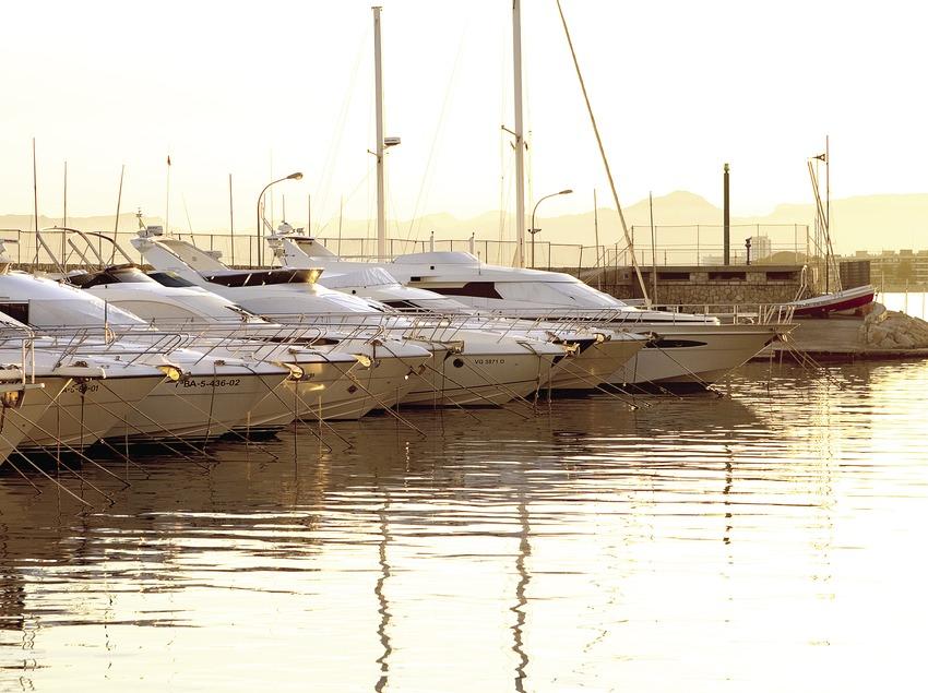 Embarcación en el puerto náutico.  (Miguel Angel Alvarez)