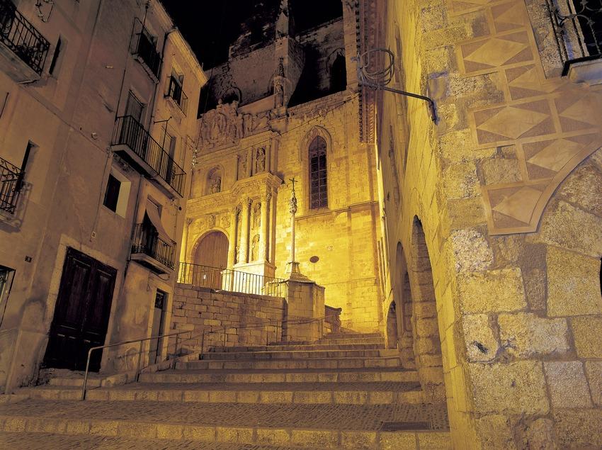 Vista nocturna d'un carrer del centre històric.  (Kim Castells)
