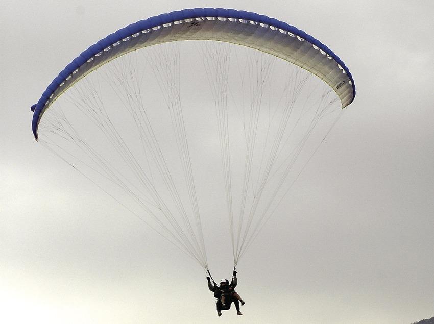 Paragliding in the Àger valley, landing, Sierra del Montsec  (Chopo (Javier García-Diez))