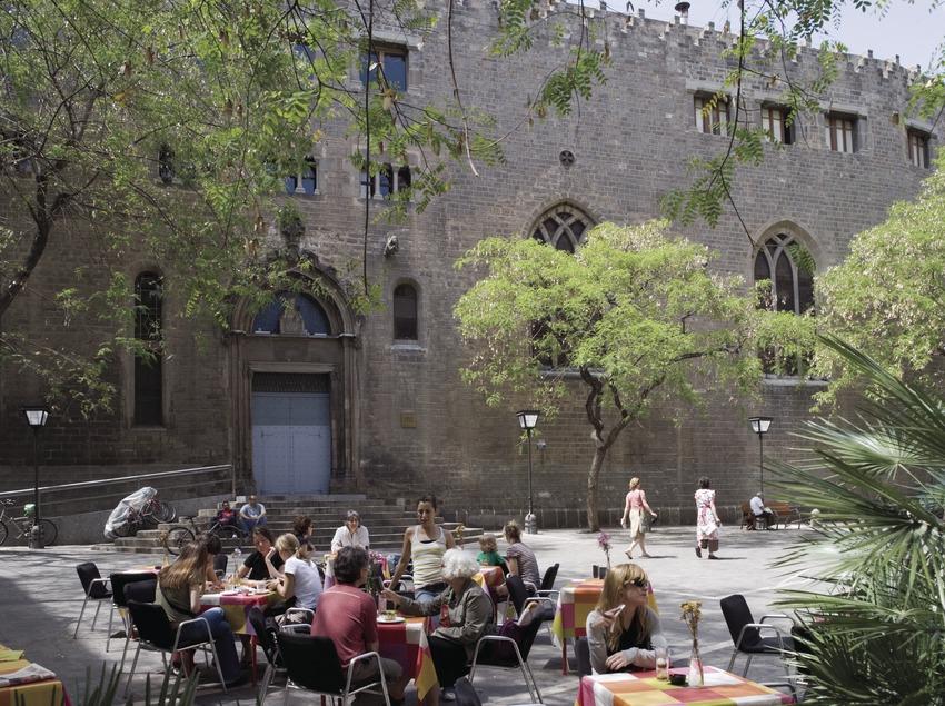Plaza de Sant Pere e iglesia de Sant Pere de les Puel·les.  (Nano Cañas)
