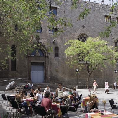 Plaça de Sant Pere i església de Sant Pere de les Puel·les.  (Nano Cañas)