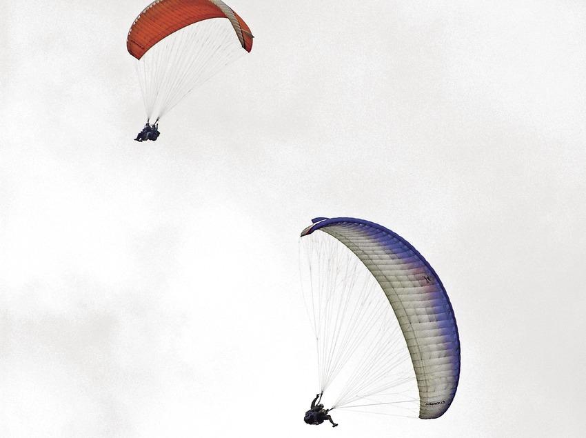 Atterrissage en parapente dans la vallée d'Àger, serra del Montsec.  (Chopo (Javier García-Diez))