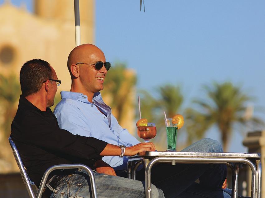 Pareja de hombres en una cafetería de Sitges (Lluís Carro)
