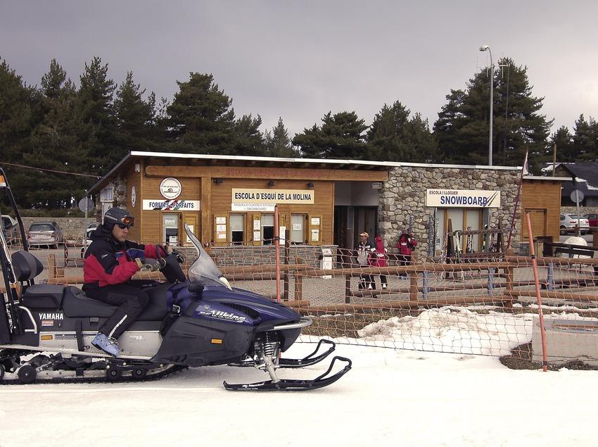 Personal de seguridad de pistas en la estación de esquí de La Molina.  (Chopo (Javier García-Diez))