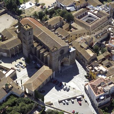 Vista aèria de la catedral de Castelló d'Empúries