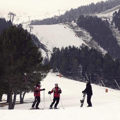 Esquiadors a l'estació d'esquí de La Molina.