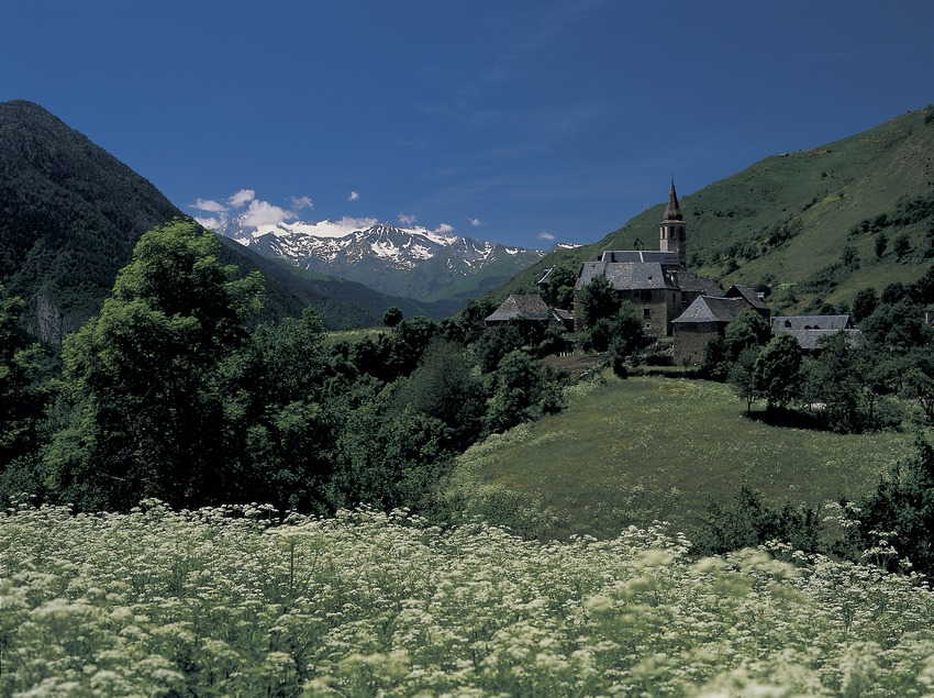 General view with the mountains in the background