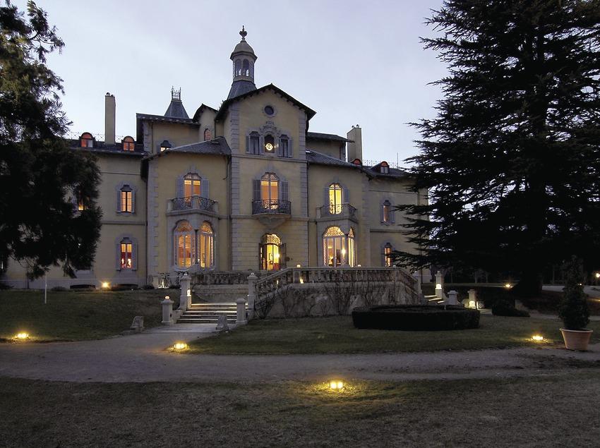 Vista nocturna del hotel Torre del Remei.  (Chopo (Javier García-Diez))