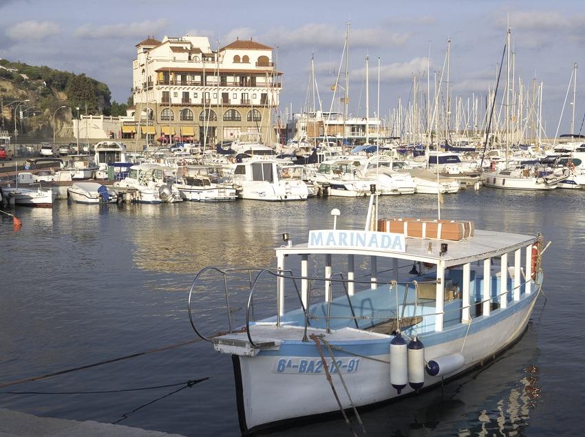 Schiff vor dem Hafen.