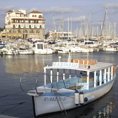 Embarcación delante del puerto.