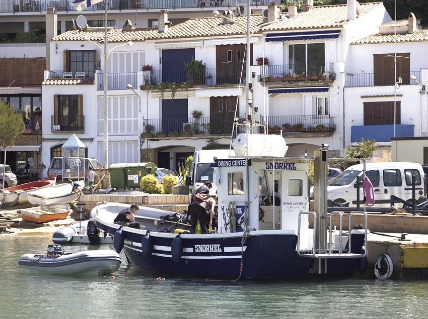 Barco delante de la playa de Llafranc.  (Miguel Angel Alvarez)