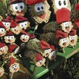 Un nen es mira un grup de caganers de diferents tamanys amb cara i barratina catalana.  Fira de Nadal de Santa Llúcia. (Gemma Miralda)