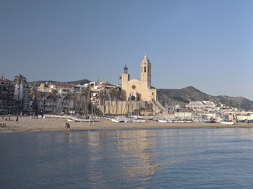 Sitges. Platja i església de Sant Bartomeu i Santa Tecla.  (Felipe J. Alcoceba)