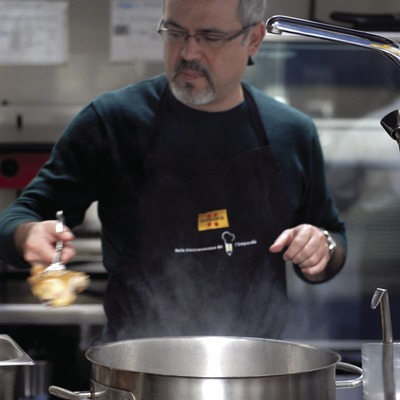 Joaquín Molina, from Yo Dona magazine, in action during a cookery class in the Empordà Gastronomic Classroom