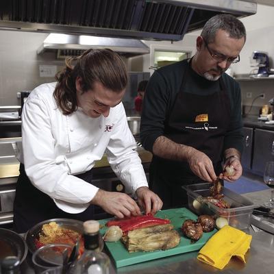 Fernando Andreu, del restaurant Mas Salvi, impartint una classe de cuina a l'Aula Gastronòmica de l'Empordà.