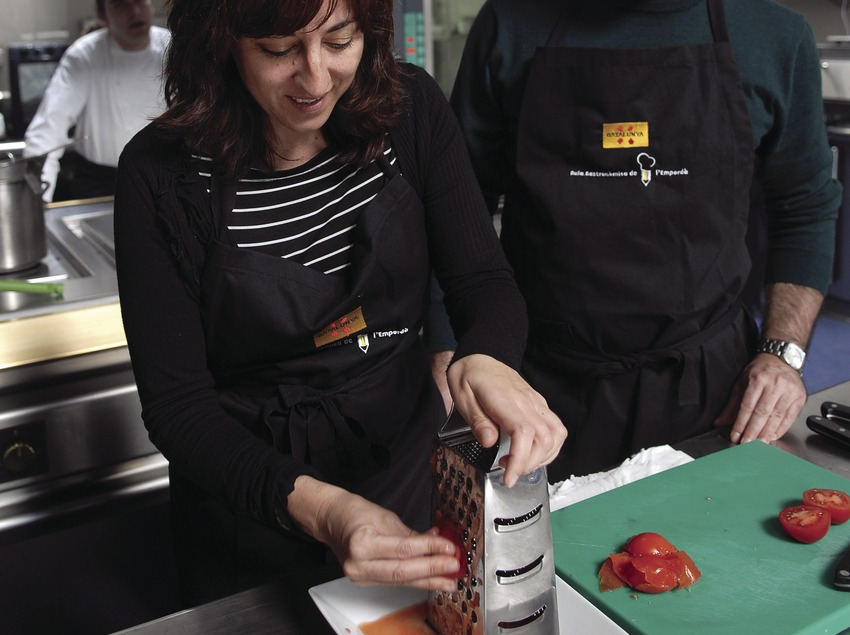 Cookery class in the Empordà Gastronomic Classroom  (Tina Bagué)